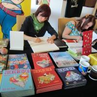Anna Maria Jung und Sarah Burrini signieren was der Stift hergibt.